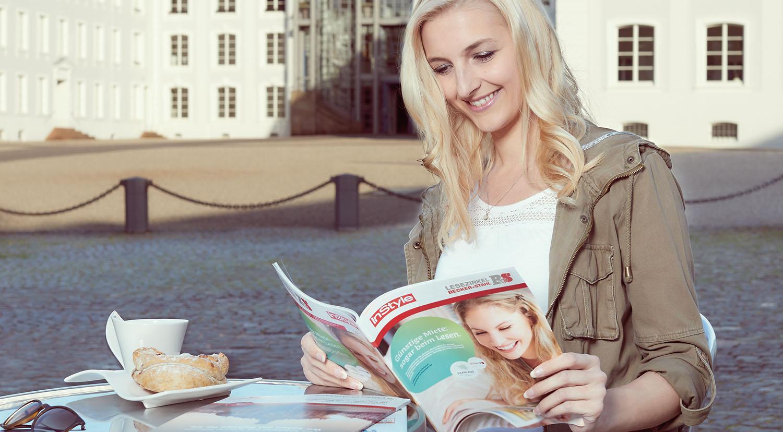 Lesezirkel Zeitschriften lesen im Café und Restaurant